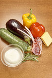 Verscheidenheid van groenteningrediënten voor het koken van op houten rustieke achtergrond het hoogste van de de auberginepeper v Royalty-vrije Stock Fotografie