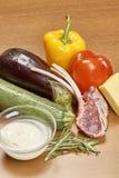 Verscheidenheid van groenteningrediënten voor het koken van op houten rustieke achtergrond het hoogste van de de auberginepeper v Royalty-vrije Stock Foto's
