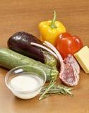Verscheidenheid van groenteningrediënten voor het koken van op houten rustieke achtergrond het hoogste van de de auberginepeper v Royalty-vrije Stock Afbeeldingen