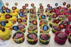 Verscheidenheid van helder verfraaid cupcakes Royalty-vrije Stock Fotografie