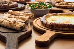 Verscheidenheid van het Turkse Traditionele voedsel van Pide met rundvlees, Kaas, Fried Egg en Salade Royalty-vrije Stock Afbeeldingen