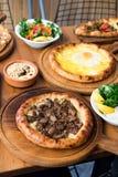 Verscheidenheid van het Turkse Traditionele voedsel van Pide met rundvlees, Kaas, Fried Egg en Salade Royalty-vrije Stock Afbeelding