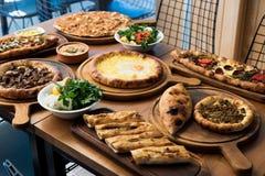 Verscheidenheid van het Turkse Traditionele voedsel van Pide met rundvlees, Kaas, Fried Egg en Salade Stock Foto's