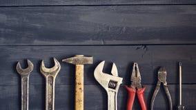 Verscheidenheid van hulpmiddelen voor moersleutels op een donkere houten lijst De ruimte van het exemplaar Dag van de concepten d Royalty-vrije Stock Afbeeldingen