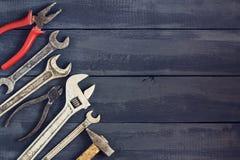 Verscheidenheid van hulpmiddelen voor moersleutels op een donkere houten lijst De ruimte van het exemplaar Dag van de concepten d Royalty-vrije Stock Foto's