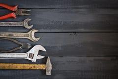 Verscheidenheid van hulpmiddelen voor moersleutels op een donkere houten lijst De ruimte van het exemplaar Dag van de concepten d Stock Foto