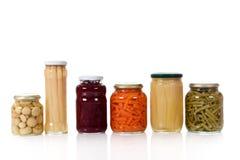 Verscheidenheid van ingeblikte groenten in kruiken. Royalty-vrije Stock Foto