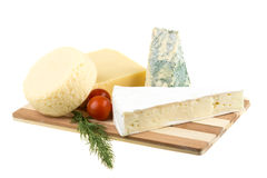 Verscheidenheid van kaas: ementaler, Gouda, Deense blauwe zachte kaas Stock Foto's