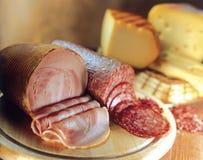 Verscheidenheid van kazen, salami en bacon. Stock Afbeeldingen