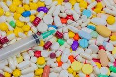 Verscheidenheid van kleurrijk medicijn en bij het syring Hoogste mening, close-up Royalty-vrije Stock Afbeeldingen