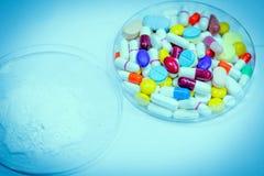 Verscheidenheid van kleurrijk medicijn in plaat Stock Afbeeldingen