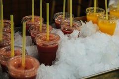 Verscheidenheid van kleurrijke, fruitige dranken op ijs bij markt royalty-vrije stock fotografie