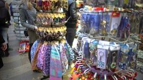 Verscheidenheid van kleurrijke symbolische giften bij herinneringswinkel voor toeristen om reis te herinneren stock video