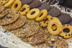 Verscheidenheid van koekjes in het winkelvenster Royalty-vrije Stock Fotografie