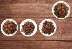 Verscheidenheid van koffiebonen op rustieke houten achtergrond royalty-vrije stock afbeelding