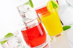 Verscheidenheid van koude dranken stock afbeeldingen