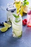 Verscheidenheid van koude dranken in flessen royalty-vrije stock afbeeldingen