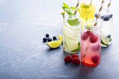 Verscheidenheid van koude dranken in flessen royalty-vrije stock afbeelding