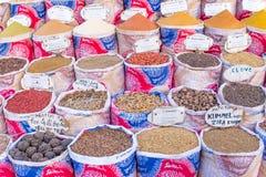 Verscheidenheid van kruiden en kruiden op de markt Royalty-vrije Stock Foto's