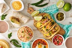Verscheidenheid van Mexicaanse keukenschotels op een lijst stock foto