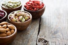 Verscheidenheid van noten en droge vruchten in kleine kommen Royalty-vrije Stock Foto's