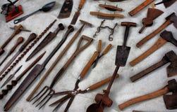 Verscheidenheid van oude uitstekende die hulpmiddelen op een witte achtergrond wordt opgemaakt Stock Afbeeldingen