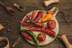 Verscheidenheid van peper op een houten achtergrond Stock Foto's