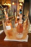 Verscheidenheid van roze wijnen en champagne op vertoning in Frans restaurant in Manhattan Royalty-vrije Stock Foto