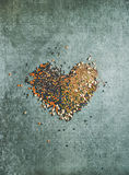 Verscheidenheid van ruwe korrels, bonen, graangewassen in vorm van hart Royalty-vrije Stock Fotografie