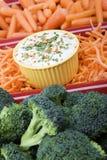 Verscheidenheid van ruwe wortelen en broccoli in een rode ceram Royalty-vrije Stock Foto's