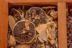 Verscheidenheid van smaakstoffen, species en specerijen in de houten doos stock afbeelding