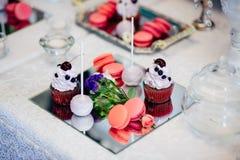 Verscheidenheid van smakelijke smakelijke zoete desserts op de huwelijkslijst Royalty-vrije Stock Foto
