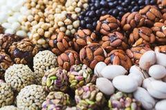 Verscheidenheid van snoepjes en suikergoed op de lijst tijdens de gebeurtenis op gasten wordt voorbereid die royalty-vrije stock foto