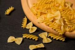 Verscheidenheid van types en vormen van droge Italiaanse deegwaren op donkere backgro Stock Fotografie