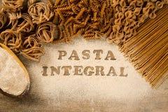 Verscheidenheid van types en vormen van droge Italiaanse integrale deegwaren Royalty-vrije Stock Fotografie