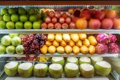 Verscheidenheid van vers fruit voor verkoop in de supermarktijskast royalty-vrije stock afbeeldingen