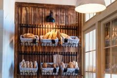 Verscheidenheid van vers gebakken brood in bakkerijwinkel Gastronomische broden voor verkoop Royalty-vrije Stock Afbeelding