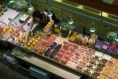 Verscheidenheid van vers rijp fruit voor verkoop bij de Omicho-Markt Stock Foto