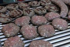 Verscheidenheid van verschillend soort vleeslapjes vlees, vleesballetjes, kebab, filet, burgers en worsten met brood op een grill Royalty-vrije Stock Fotografie