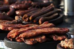 Verscheidenheid van verschillend soort vleeslapjes vlees, vleesballetjes, kebab, filet, burgers en worsten met brood op een grill Stock Foto