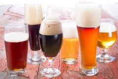 Verscheidenheid van verschillende bieren Stock Fotografie