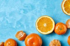 Verscheidenheid van verse citrusvruchten voor het maken van sap of smoothie over blauwe geweven achtergrond, hoogste mening, sele Stock Afbeelding