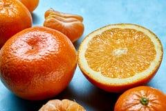 Verscheidenheid van verse citrusvruchten voor het maken van sap of smoothie over blauwe geweven achtergrond, hoogste mening, sele Royalty-vrije Stock Foto's