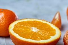 Verscheidenheid van verse citrusvruchten voor het maken van sap of smoothie over lichte geweven achtergrond, hoogste mening, sele Stock Afbeelding