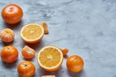 Verscheidenheid van verse citrusvruchten voor het maken van sap of smoothie over lichte geweven achtergrond, hoogste mening, sele Stock Foto