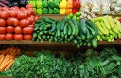 Verscheidenheid van verse groenten in de Griekse kruidenierswinkelwinkel royalty-vrije stock foto