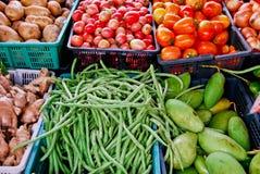 Verscheidenheid van verse groenten in markt Stock Afbeeldingen