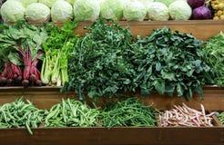 Verscheidenheid van verse groentenkool, groene bladerenhorta, spinazie, selderie, slabonen, bieten op de teller in de Griek royalty-vrije stock afbeeldingen