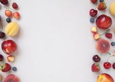 Verscheidenheid van verse sappige bessen en vruchten Minimaal voedselkader royalty-vrije stock fotografie