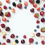Verscheidenheid van verse sappige bessenaardbei, kers, framboos, bosbes Minimaal voedselkader royalty-vrije stock fotografie